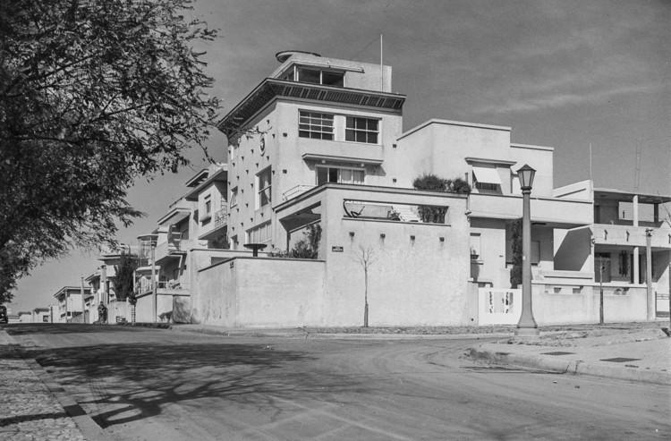 Clásicos de arquitectura: Casa de Julio Vilamajó , Vista general desde el exterior. Image © Jeanne Mandello, 1940s / Archivo IH-FADU, Udelar.