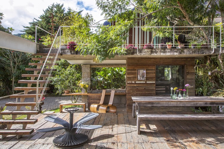 Brazilian Houses: 12 Projects With Reclaimed Wood, House in Samambaia / Rodrigo Simão Arquitetura. © André Nazareth