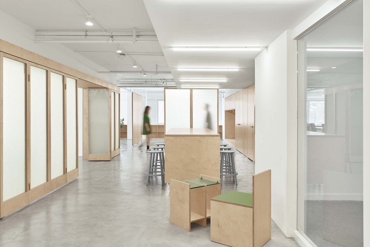Short Sentence Office / Woodo Studio, Recreation area, the floating of the large sliding door achieves spatial flow changes. Image © yuuuunstudio