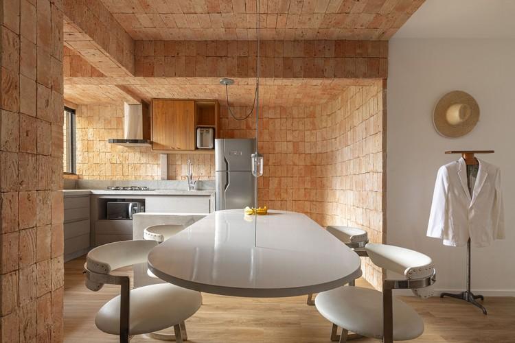 Departamentos con interiores de ladrillo: 5 ejemplos de calidez y rusticidad, JS Apartment / EB Arquitetos. Image © Joana França