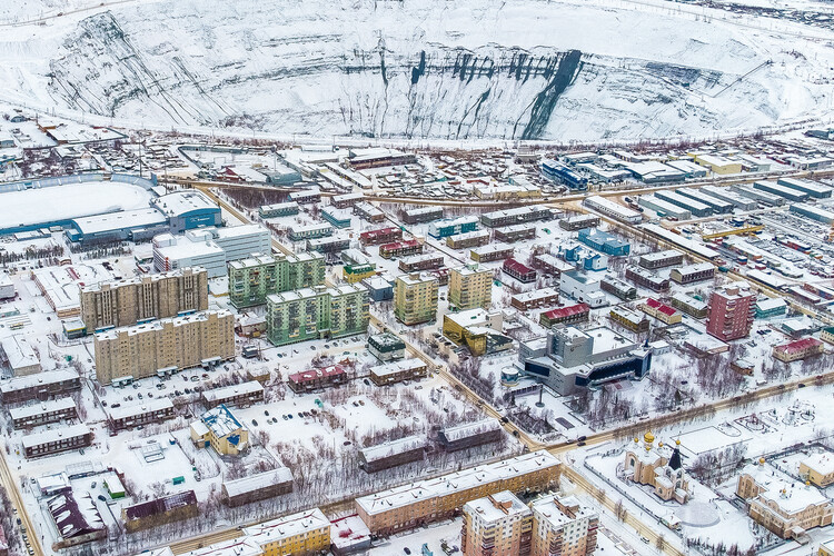 El paisaje urbano de las ciudades monoindustriales soviéticas, Pozo en Mirny, 525m de profundidad y 1,200m ancho, visible desde el espacio (Imagen © Alexander Veryovkin para Zupagrafika)