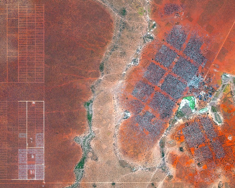 Ciudades invisibles: repensar la crisis de refugiados a través del diseño, Campo de refugiados en Dadaab, Kenya. Creado por @benjaminrgrant, fuente @digitalglobe