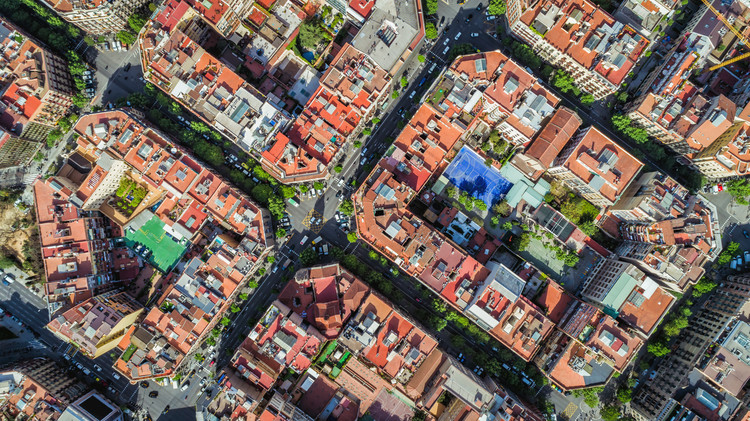 Barcelona: convirtiendo peatones en ciudadanos (Algunos conceptos urbanísticos vigentes en la ciudad postpandemia), Cámara aérea de Barcelona, calles y edificios del Eixample, famosa trama urbana. . Image © shutterstock