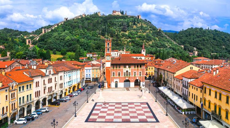 ¿Qué rol cumple el ajedrez en los espacios públicos?, Plaza Marostica, Véneto, Italia. Imagen de leoks. Image vía Shutterstock