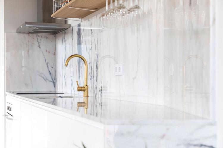 Metais nas áreas molhadas: 12 projetos para se inspirar , Apartamento Kentaro Yamada / Bernardo Amaral Arquitectura e Urbanismo. Image © Attilio Fiumarella