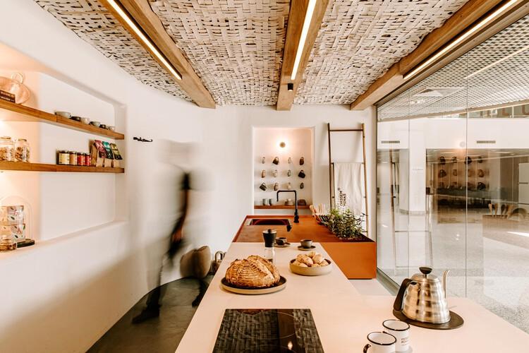 Cocina a leña: 10 ejemplos en viviendas, Cocina del Barista / Estúdio Mineral + Cynthia Silva. Foto: © Bárbara Dutra