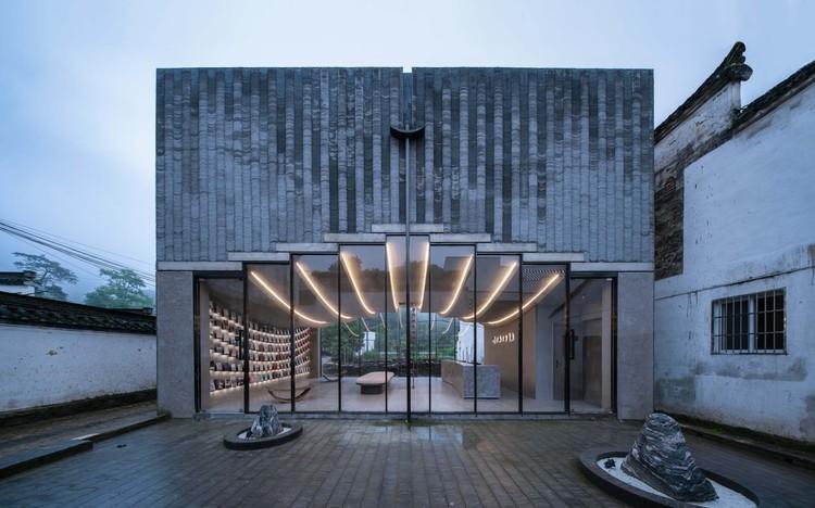 Livraria Bridge Gallery / Atelier Lai, Vista da livraria do pátio interno. Imagem © Yilong Zhao