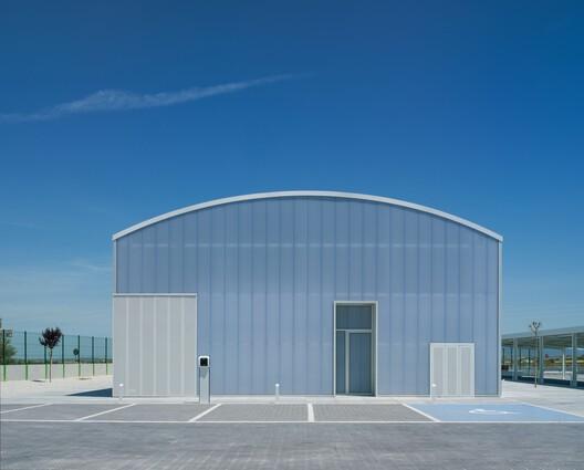 Oficinas centrales y espacio expositivo Montalbán y Rodríguez  / MCEA   Arquitectura
