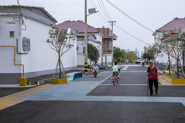 Space Improvement Plan for Zaiwan Village / 3andwich Design / He Wei Studio, the main street after the upgrade. Image © Weiqi Jin