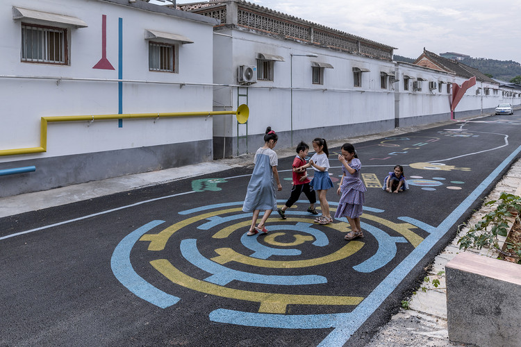 the maze pattern on the street. Image © Weiqi Jin