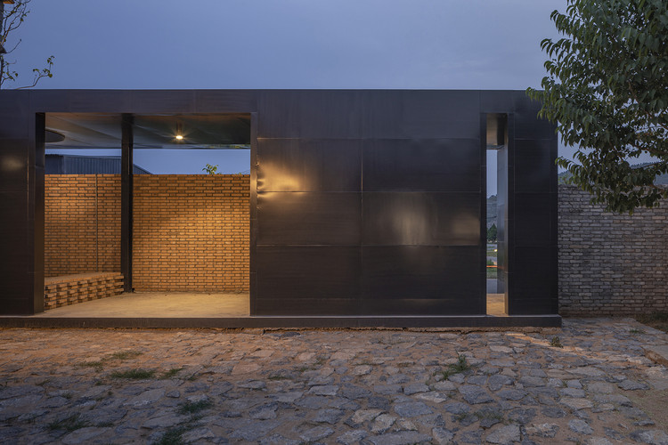 entrance porch from the courtyard. Image © Weiqi Jin