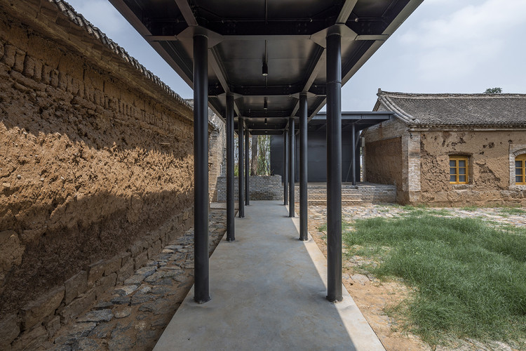 the outer corridor of the east courtyard. Image © Weiqi Jin