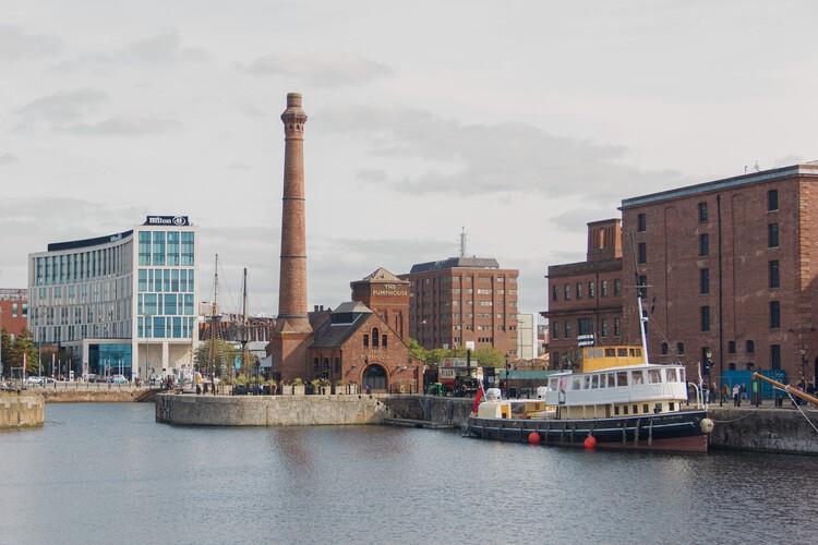 """UNESCO elimina a Liverpool de la lista de Patrimonio Mundial y libera a Venecia de la designación en peligro, Fotografía de <a href=""""https://unsplash.com/@lrb22?utm_source=unsplash&utm_medium=referral&utm_content=creditCopyText"""">Laurie Byrne</a> on <a href=""""https://unsplash.com/s/photos/liverpool?utm_source=unsplash&utm_medium=referral&utm_content=creditCopyText"""">Unsplash</a>"""