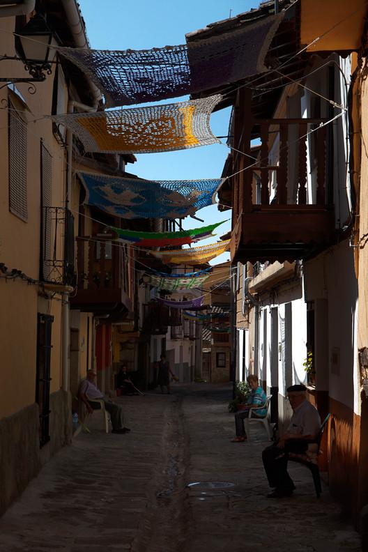 Tejiendo la calle: Testimonios de participación y reciclaje para una sombra de verano, Tejiendo la calle de Marina Fernández Ramos. Image Cortesía de RUA Ediciones