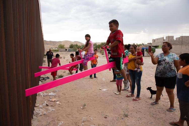 Historias, espacio público e intervenciones urbanas que tejen la frontera México - Estados Unidos, © Rael San Fratello