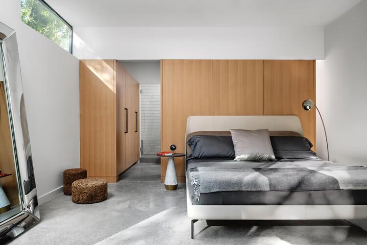Más que un simple armario: 15 ejemplos de diseño en walk-in closets y vestidores, E2211 House / RAVEL Architecture. Foto: © Chase Daniel
