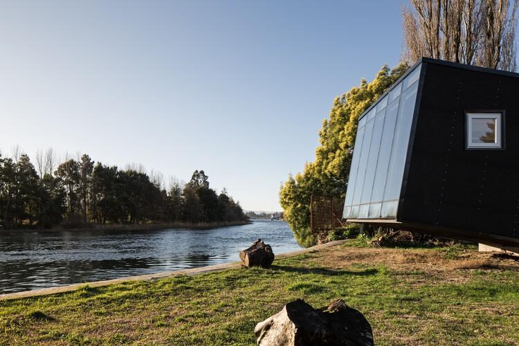 Cabina borde río  / Arce&Westermeier, © Nicolás Saieh