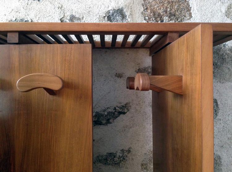 No hay arquitectura pequeña: Un perchero en la casa de Miguel Fisac, Figura 12: Detalle del encuentro entre los paneles y el estante para sombreros. Fotografía 24 de abril de 2016: arroyopemjean. Image vía Revista rita_