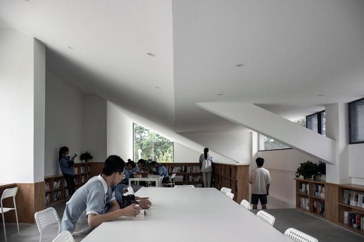 Тихое чтение на втором этаже.  Изображение © Chen Wang