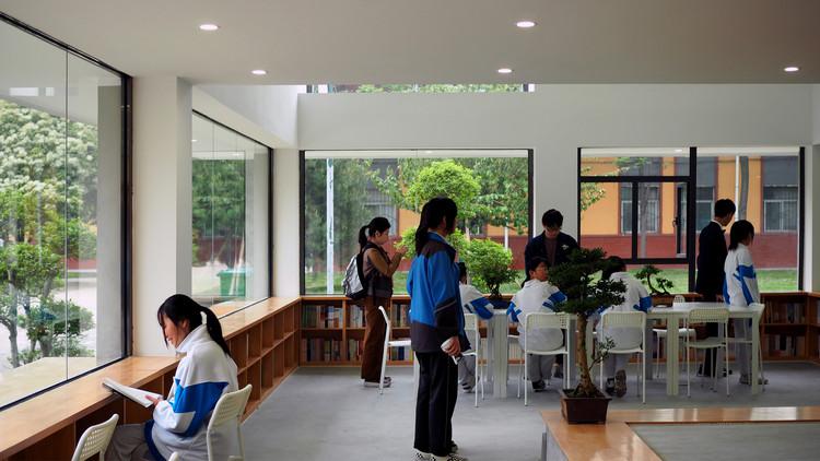 Первый этаж объединен с открытым пространством.  Изображение © Шаочун Ли