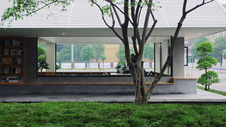 Прозрачный внутри и снаружи помещения.  Изображение © Ицзя Лю