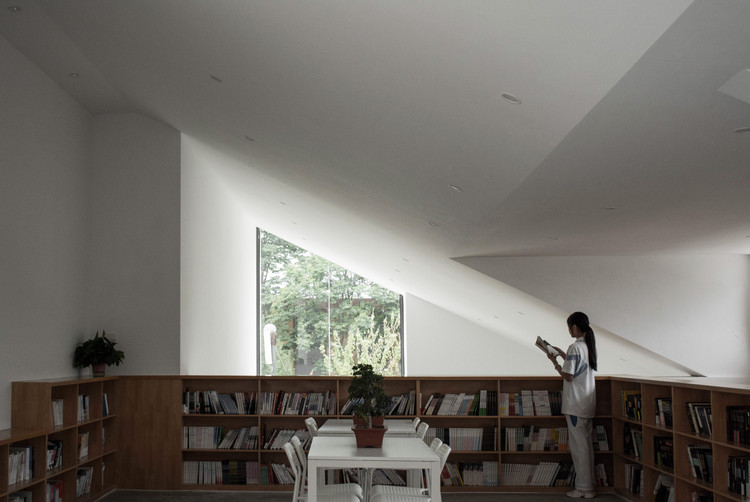 Духовное пространство второго этажа.  Изображение © Chen Wang