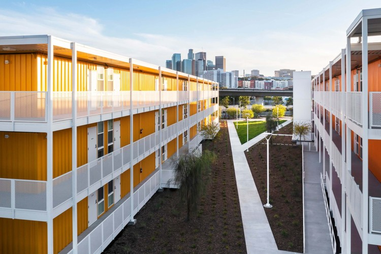A Supportive Housing Complex in Downtown Los Angeles Rises in Repurposed Shipping Containers, It might be hard to tell at first that the permanent housing units were built from former shipping containers. Image © Paul Vu