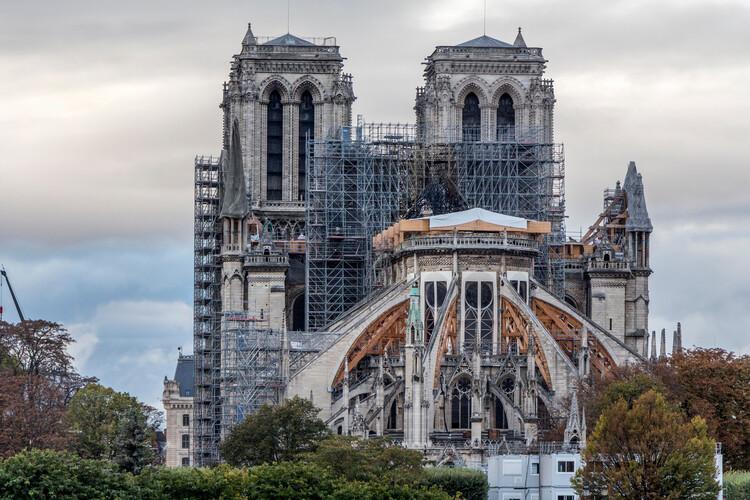 Restauración de Notre Dame: Estudiantes reconstruyen una de sus cerchas con técnicas medievales, vía Shutterstock. Imagen de Manuel Esteban