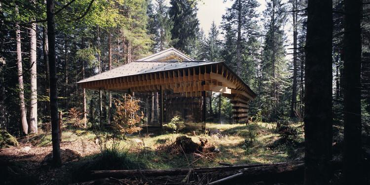 Дом для медитации в лесу.  Изображение © Эриета Аттали
