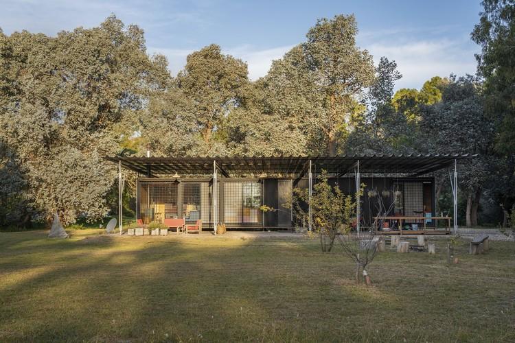 Casa quinta en Los Hornos / Bianchi-Fucile + Bertone, © Santiago Bianchi