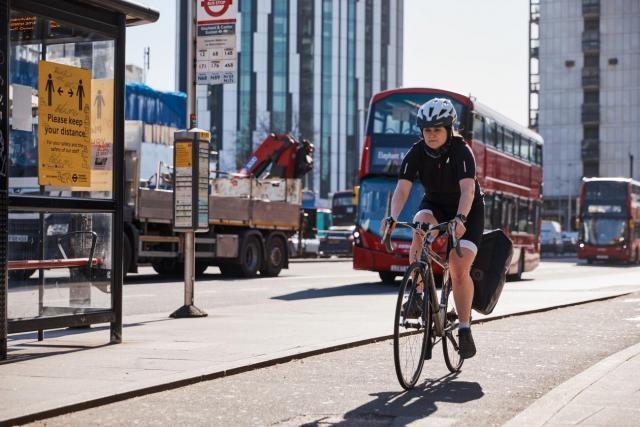¿Cómo utiliza Londres las tarifas de uso de las carreteras para abordar la contaminación del aire y la desigualdad?, La Autoridad del Gran Londres trató de garantizar que caminar y andar en bicicleta, además del transporte público, fueran opciones viables para la gente de Londres. Foto: Centro Ross de WRI para Ciudades Sostenibles
