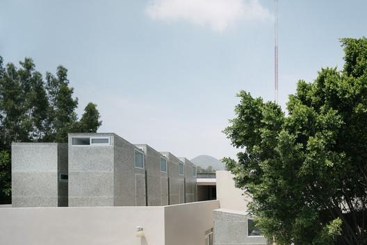 Pabellón de vivienda temporal para trabajadores sanitarios / Revolution