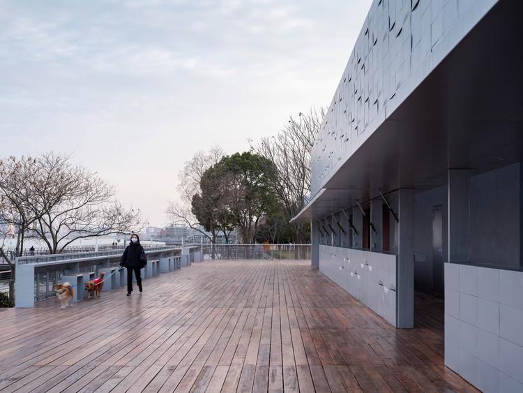 Półpubliczny korytarz, ruchome panele, publiczne ławki i stoliki w mesie. Zdjęcie © Fangfang Tian