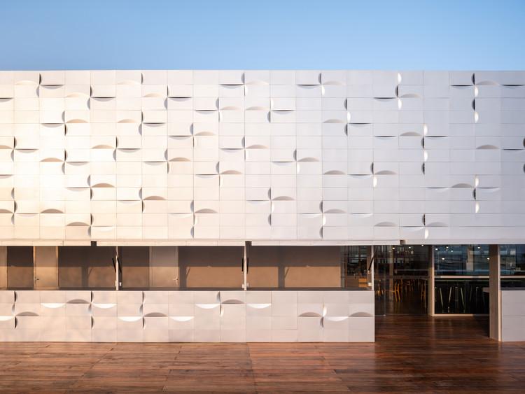 Bliższe spojrzenie na wschodnią fasadę. Zdjęcie © Fang Fang Tian