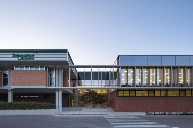 Ampliación de oficinas y nave  / Araiz Floristán Arquitectos, © Pedro Pegenaute