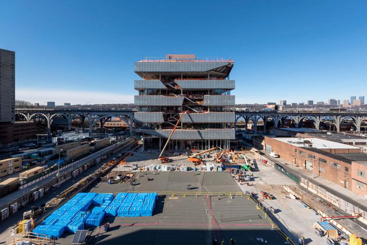 Diller Scofidio + Renfro construye una fachada con distintos tipos de vidrio para la nueva expansión del Campus Manhattanville de la Universidad de Columbia, © Timothy Schenck