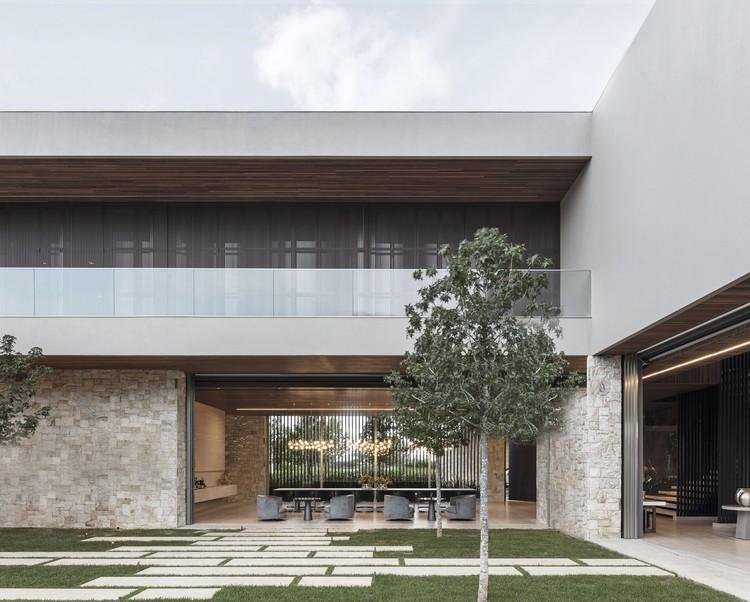 Elevated House / Felipe Caboclo Arquitetura, © Leonardo Finotti