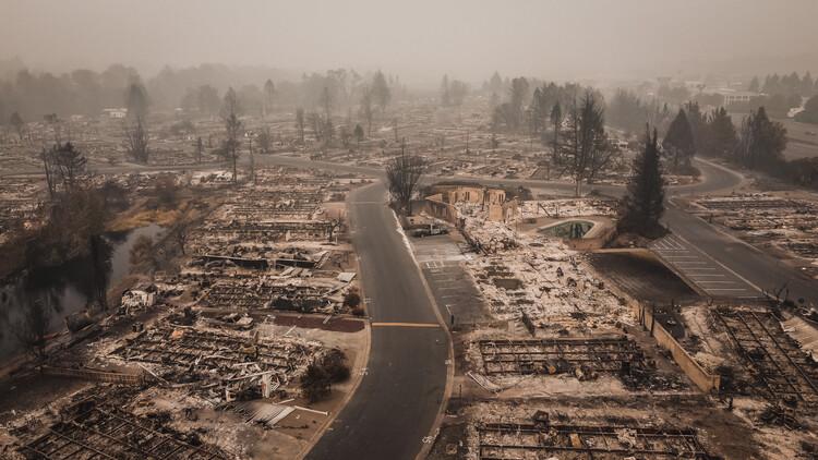 Pesquisa do IPCC revela que mudanças climáticas se intensificaram, via Shutterstock by ArboursAbroad. Imagem aérea do incêndio florestal de Almeda, no sul do Oregon