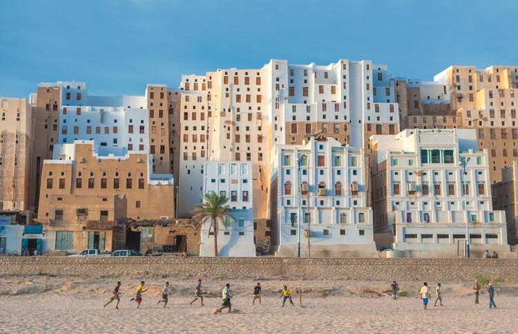 ¿Qué son los materiales locales y cómo se usan en las megaciudades?, Imagen: javarman. Shibam, provincia de Hadramaut, Yemen. El método de construcción de los edificios es con tierra cruda. Image vía Shutterstock