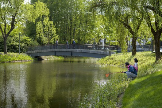 the clean lake became a leisure place for the citizens. Image © Zilu Wang