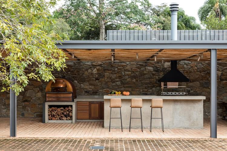 Forno a lenha: 15 exemplos de casas prontas para pizza, Casa Ibiúna / Estúdio Penha. Foto: © Fran Parente