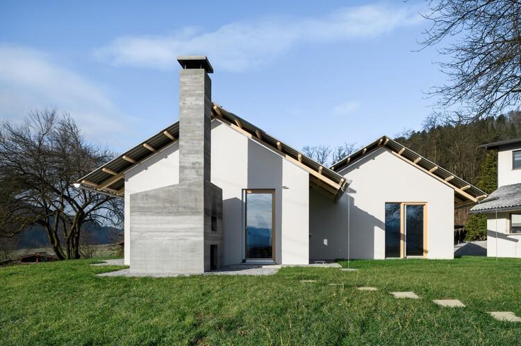 Дом для простого проживания / Skupaj Arhitekti + mKutin arhitektura.  Фото: © Миран Камбич