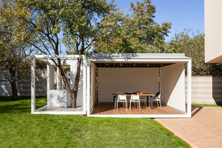 Backyard Tree Pavilion / AnyColor, © Todor Todorov