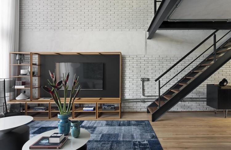 Como esconder os fios da televisão?, Loft Industrial II / Diego Revollo Arquitetura. Foto: © Alain Brugier