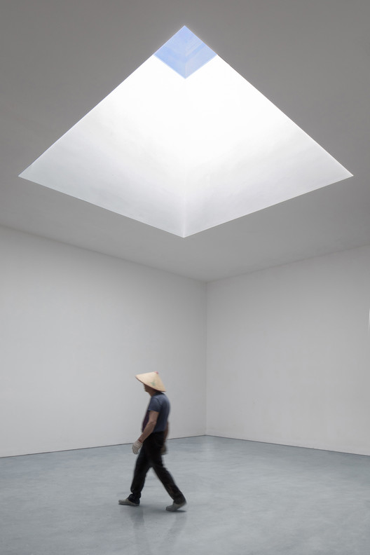 One worker walking in the exhibition hall. Image © Zhuoying Wu