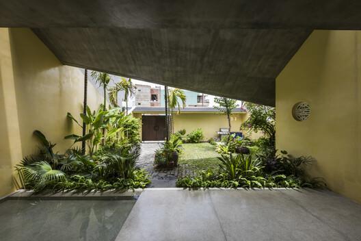 Casa Nhà Tường Vàng / 23o5Studio