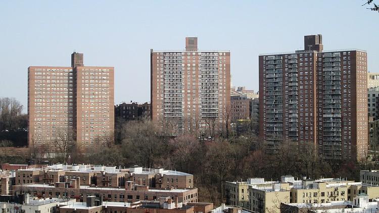 Rompiendo el estigma en torno a la estética de la vivienda asequible, Viviendas NYCHA NYC . Imagen vía AIANY