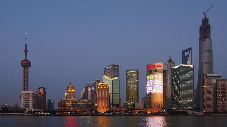 Горизонт Шанхая от набережной.  Изображение © Wilson Hui Via CC
