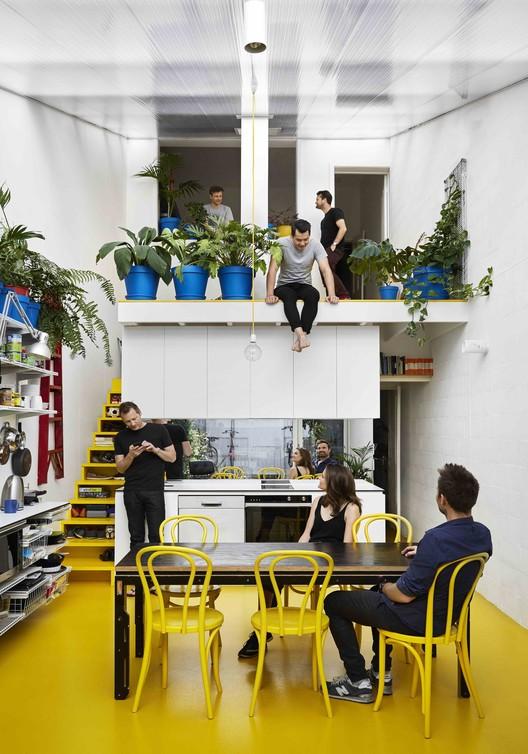 Jardins verticais, treliças, estantes e vasos de flores: integrando a vegetação em ambientes internos, My House - The Mental Health House / Austin Maynard Architects