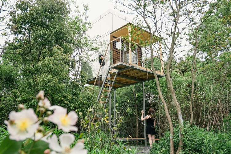 Cabañas en el bosque de Wiki World / Wiki World + Advanced Architecture Lab[AaL], flying cube. Image © Ting Wu